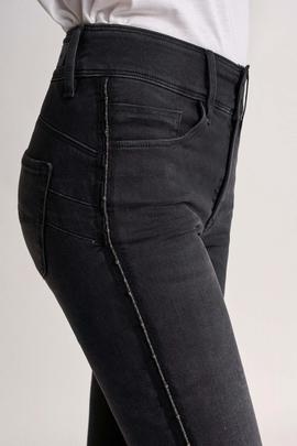 SECRET CAPRI SKINNY FIT CON RIBETE LATERAL